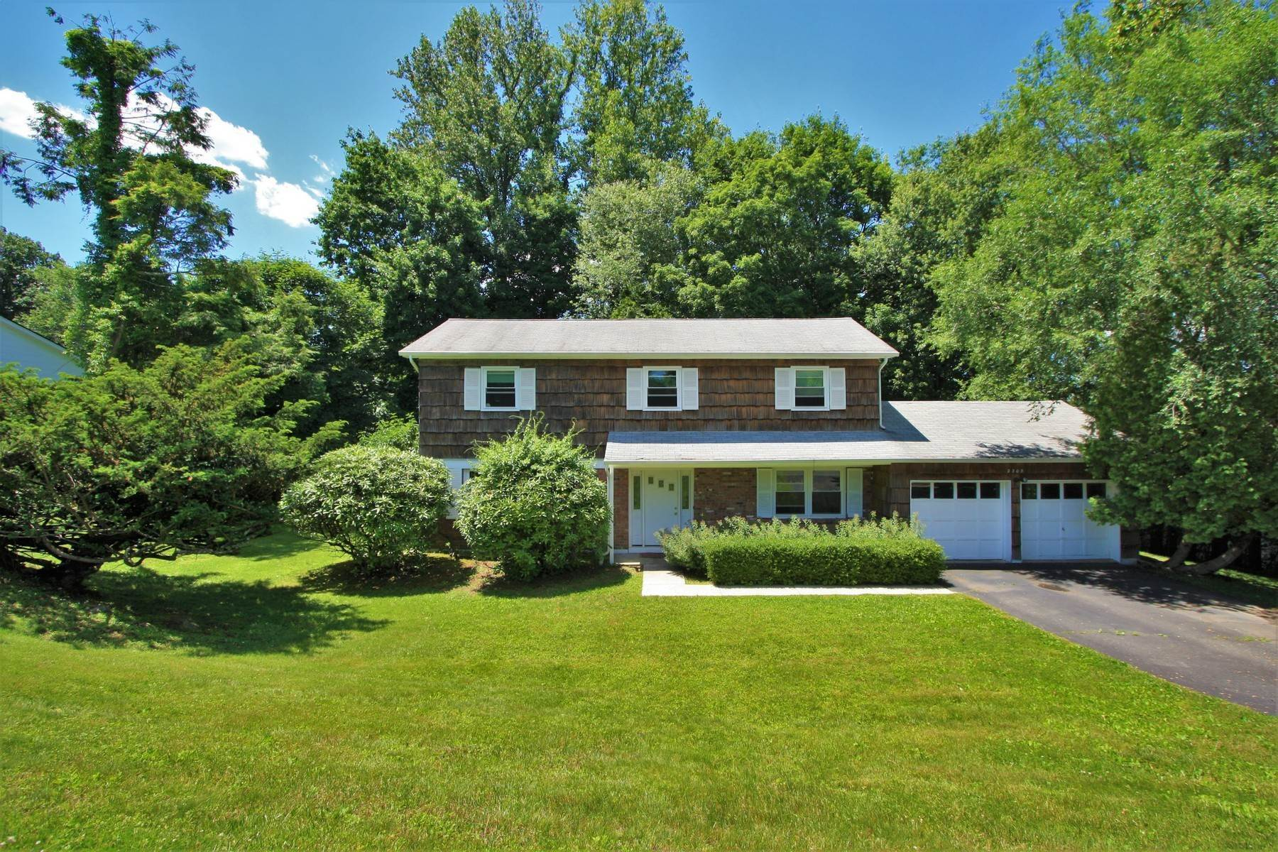 Single Family Homes for Sale at Expansive Colonial 2303 Mark Road Yorktown Heights, New York 10598 United States