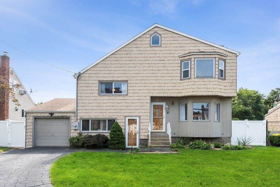 Single Family Homes for Sale at 21 Eastgate Road, Massapequa Park, Ny, 11762 21 Eastgate Road Massapequa Park, New York 11762 United States