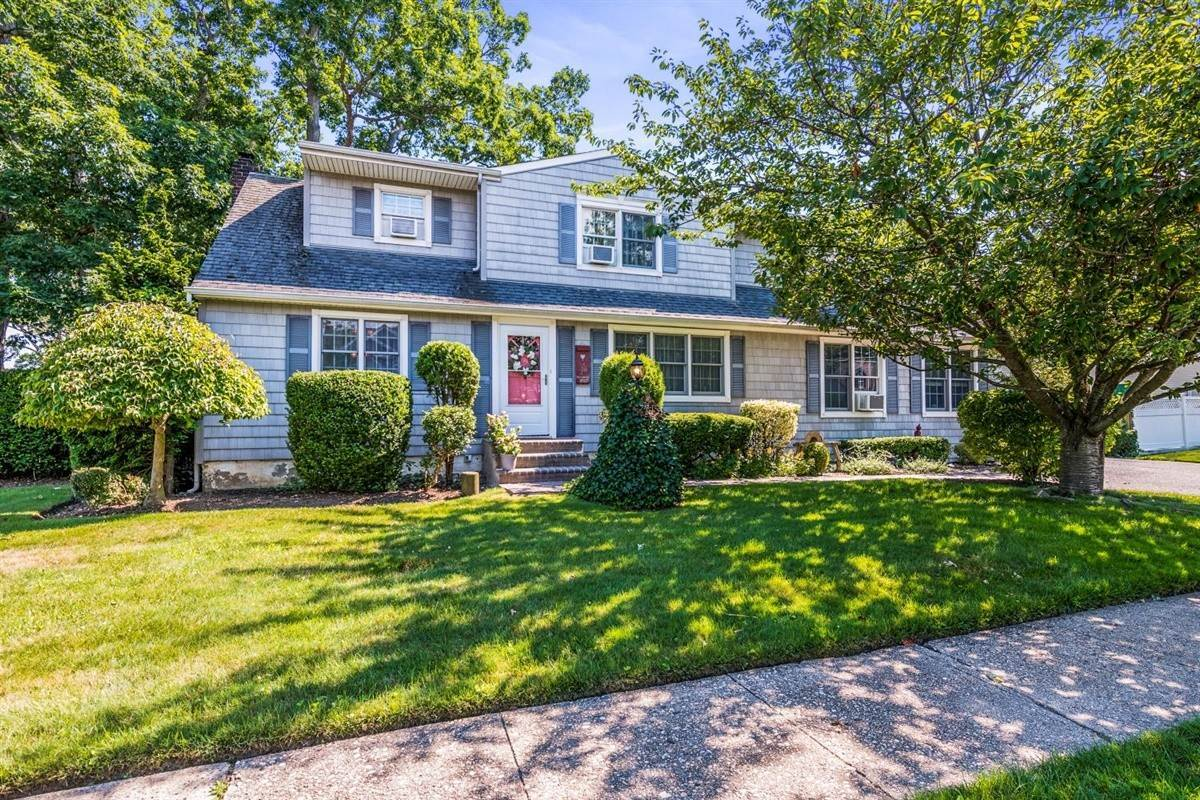 Single Family Homes for Sale at 176 Saint Regis Drive, Massapequa Park, Ny, 11762 176 Saint Regis Drive Massapequa Park, New York 11762 United States