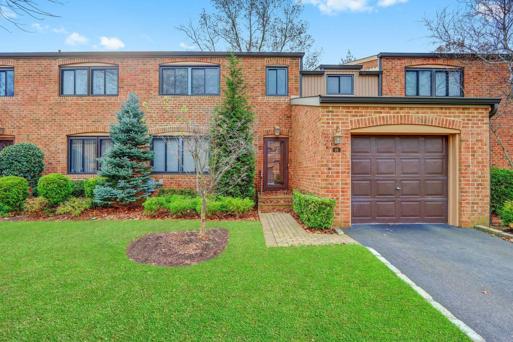Condominiums for Sale at 98 Windsor Gate Drive, New Hyde Park, Ny, 11040 98 Windsor Gate Drive New Hyde Park, New York 11040 United States