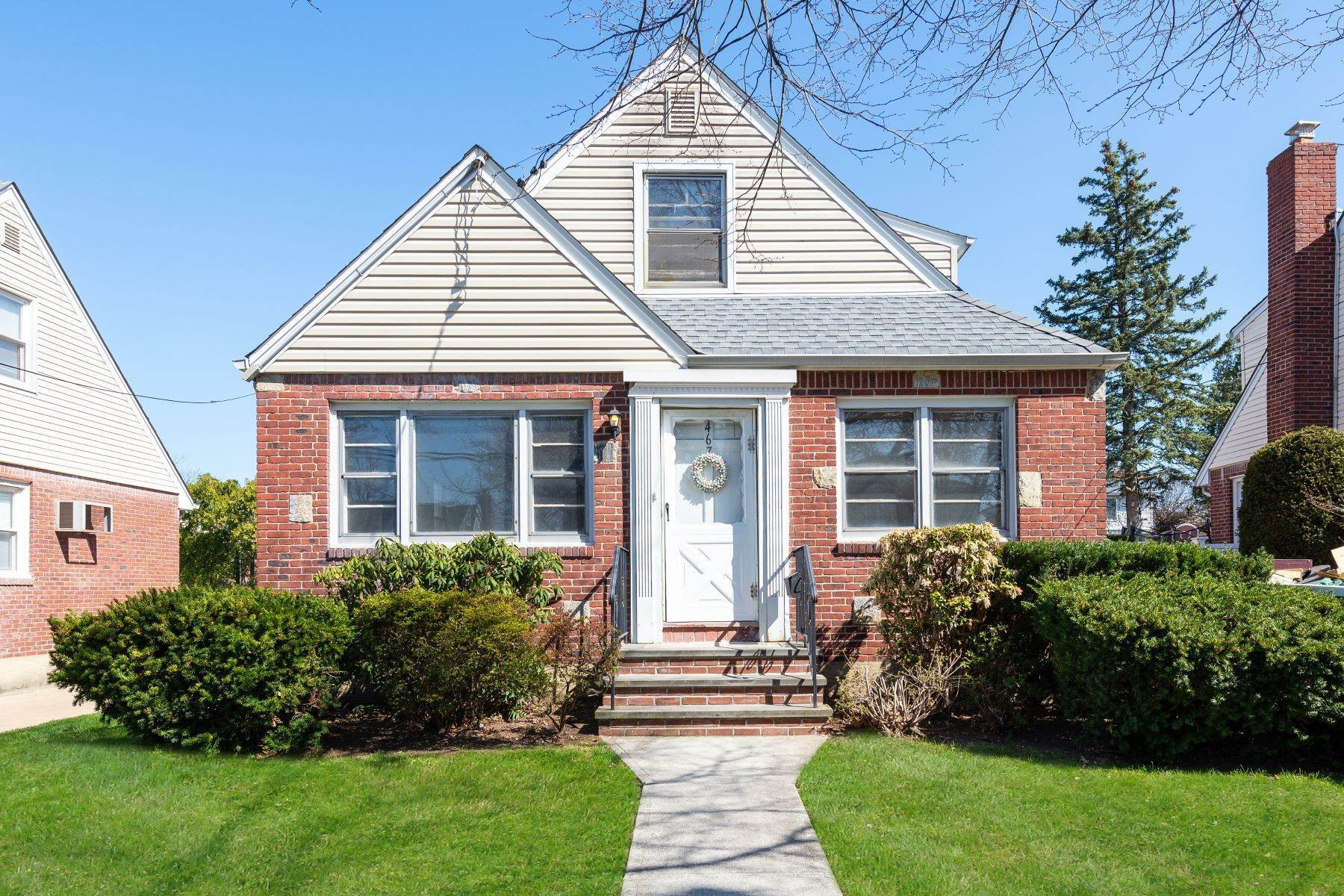 Single Family Homes for Sale at 467 Carnation Avenue, Floral Park, Ny, 11001 467 Carnation Avenue Floral Park, New York 11001 United States