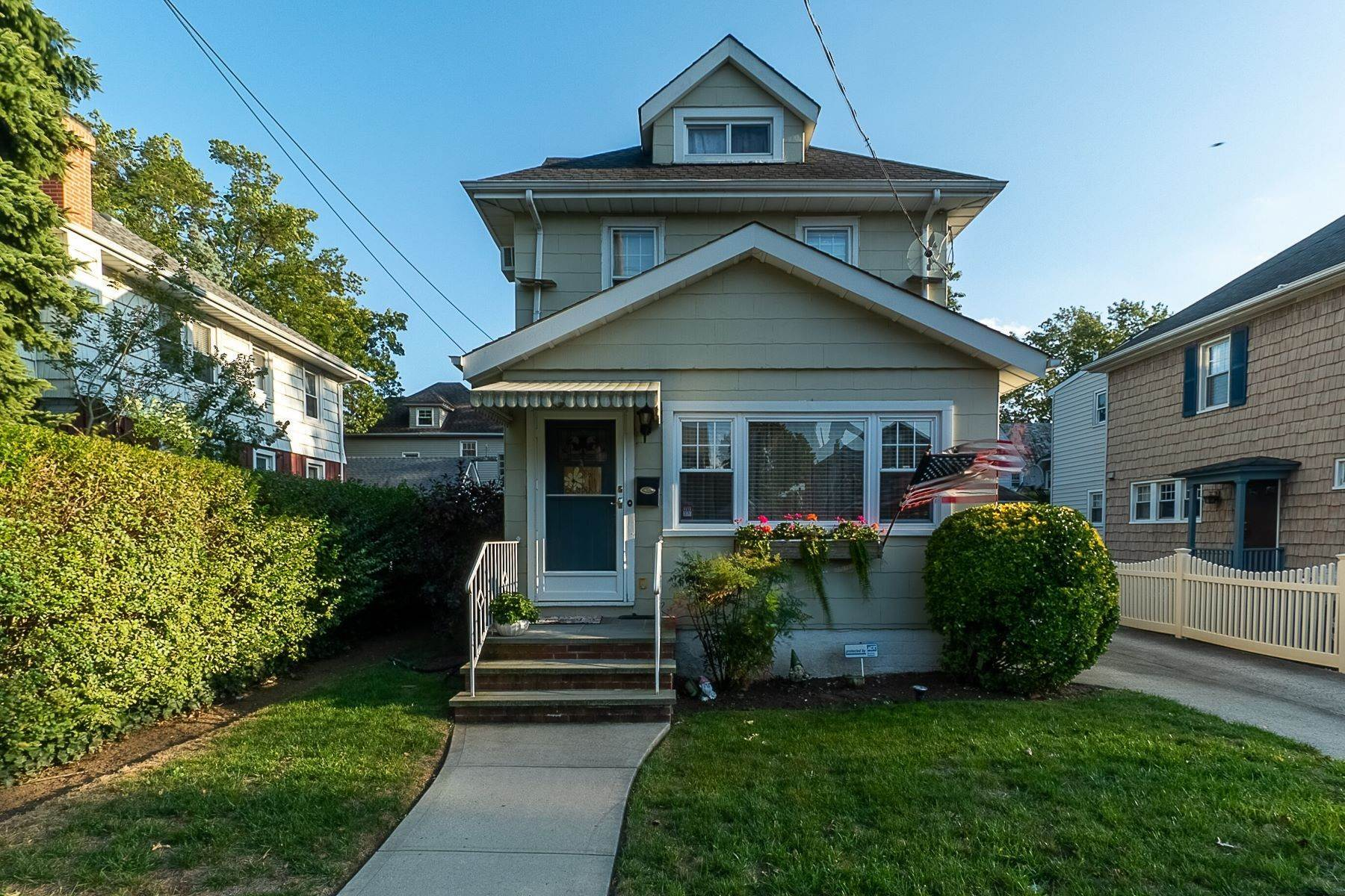 Single Family Homes for Sale at 196 Lowell Avenue, Floral Park, Ny, 11001 196 Lowell Avenue Floral Park, New York 11001 United States